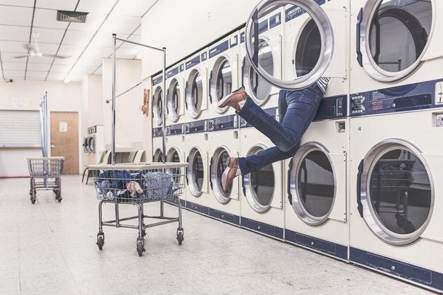 洗濯機の中を見る人