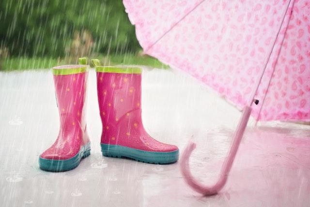 ピンクの長靴とピンクの傘