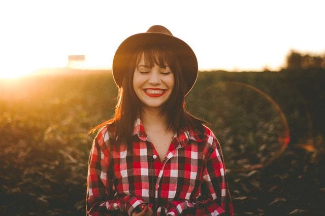 草原で笑う女性