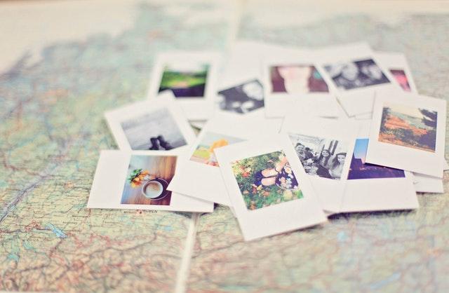 地図上にたくさんの写真