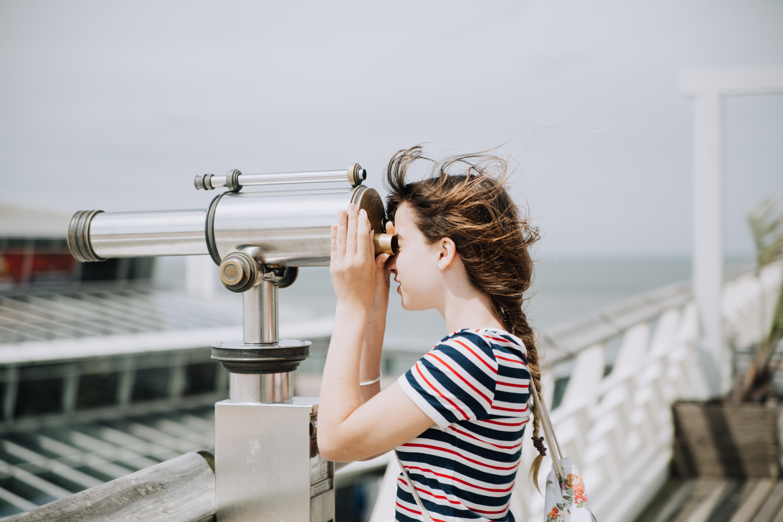 望遠鏡を覗く少女