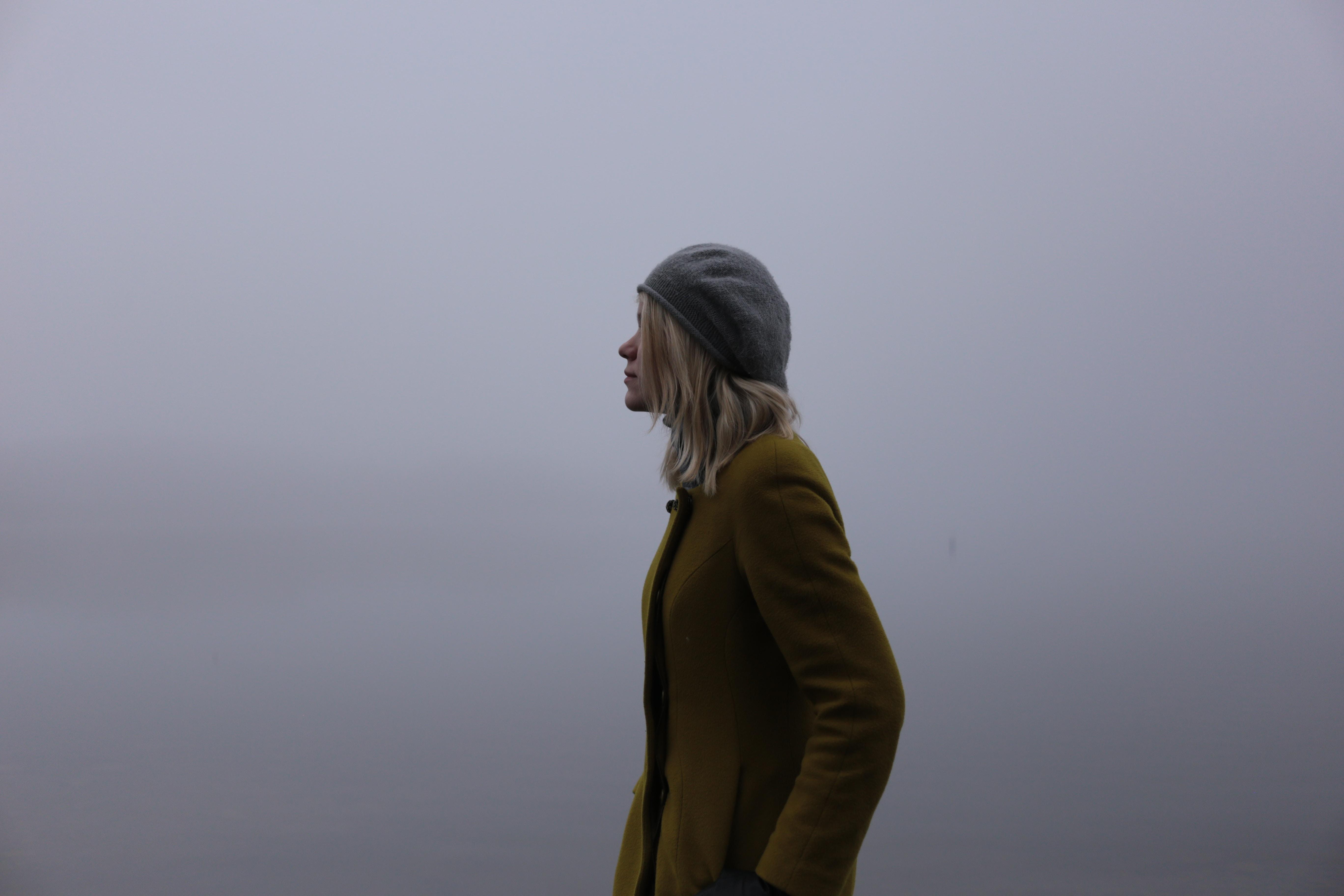 曇りの中歩く女性