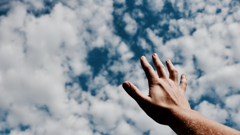 空に手を伸ばす人