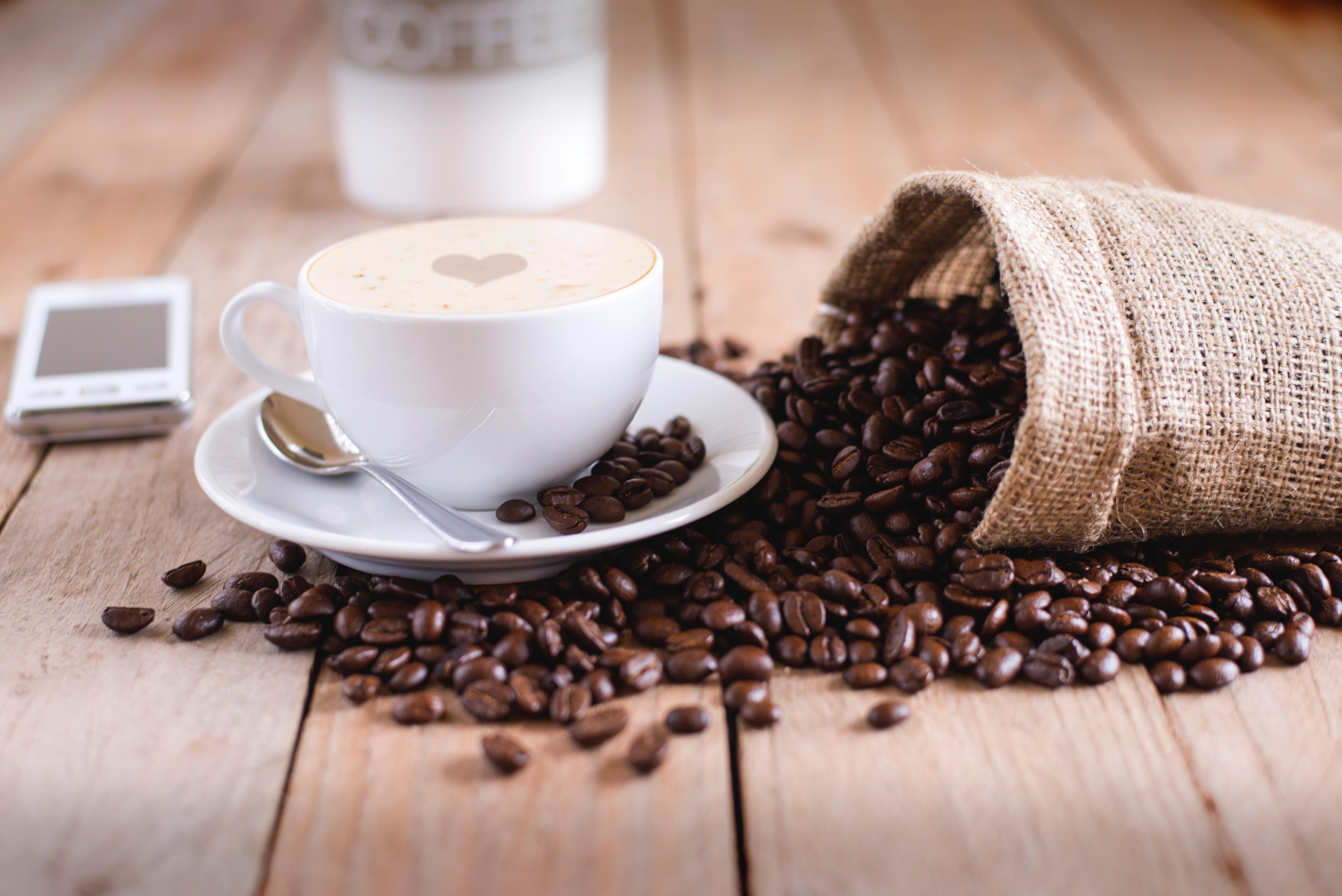 豆が溢れるコーヒー