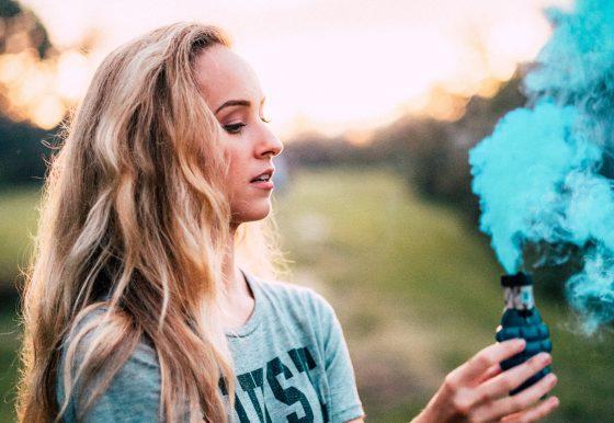 青い煙と少女。