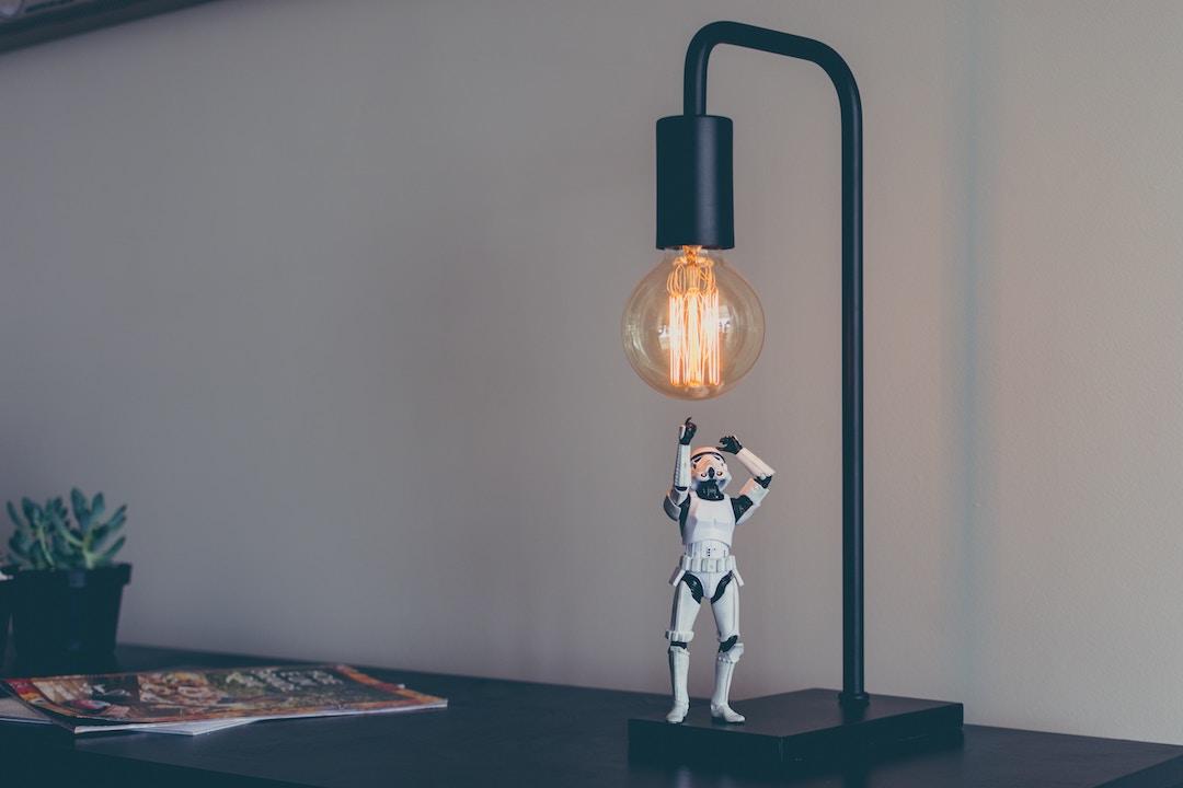 ロボットに引き寄せらるランプ