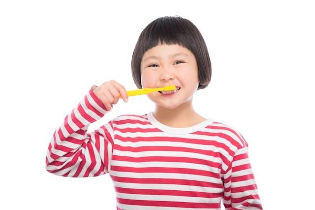 歯磨きする子供