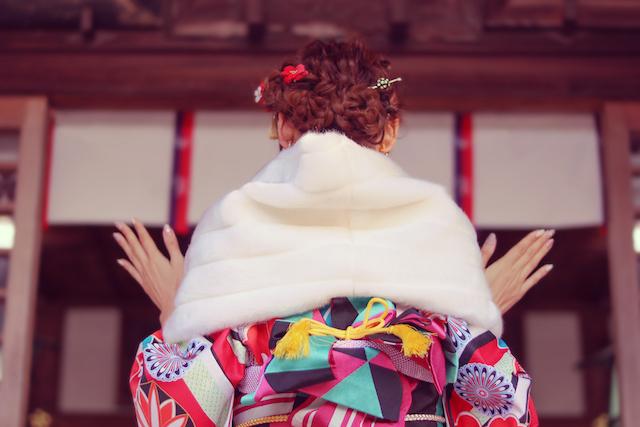 初詣で神社に参拝をする女性