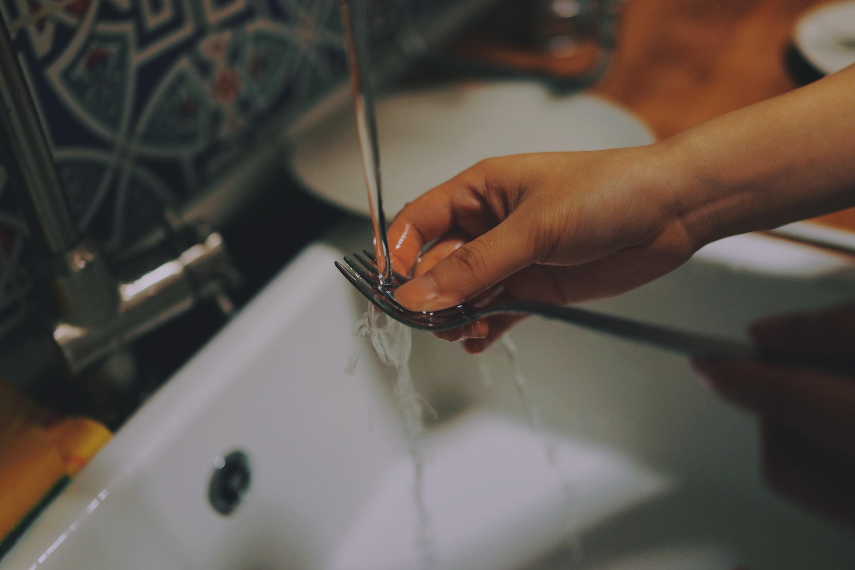 フォークを洗う