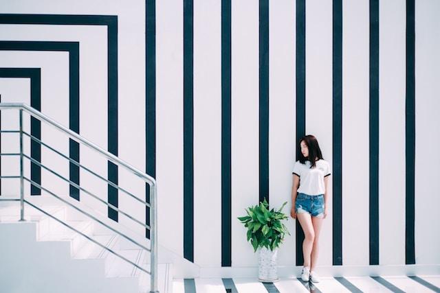 ストライプの壁に少女