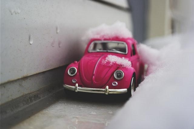 雪とピンクの車