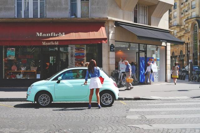 水色の車と乗ろうとしている女性