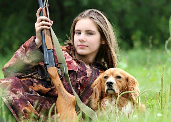 犬と一緒に狩猟する人間