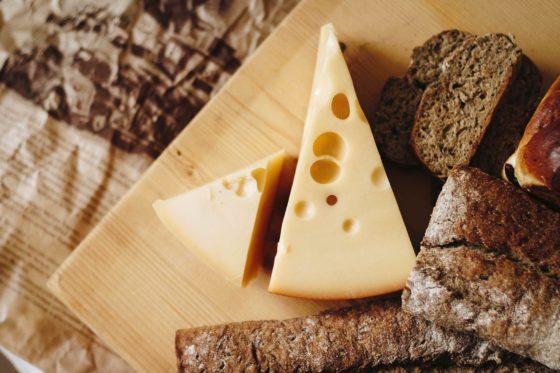 机の上のチーズ