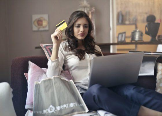 女性がクレジットカードでお買い物