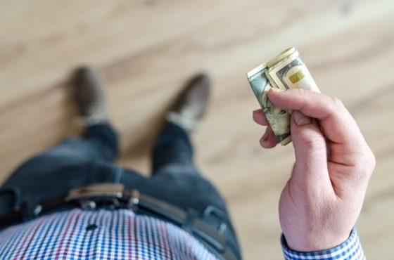 男性がお金を握っている