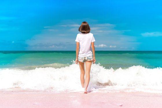 綺麗な海辺に女性