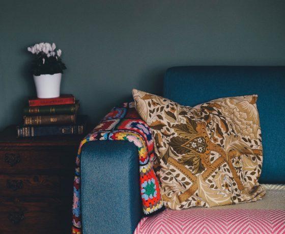 部屋の一角、花瓶とソファとクッション