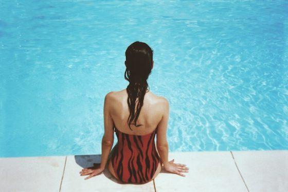 プールサイドに座る女性