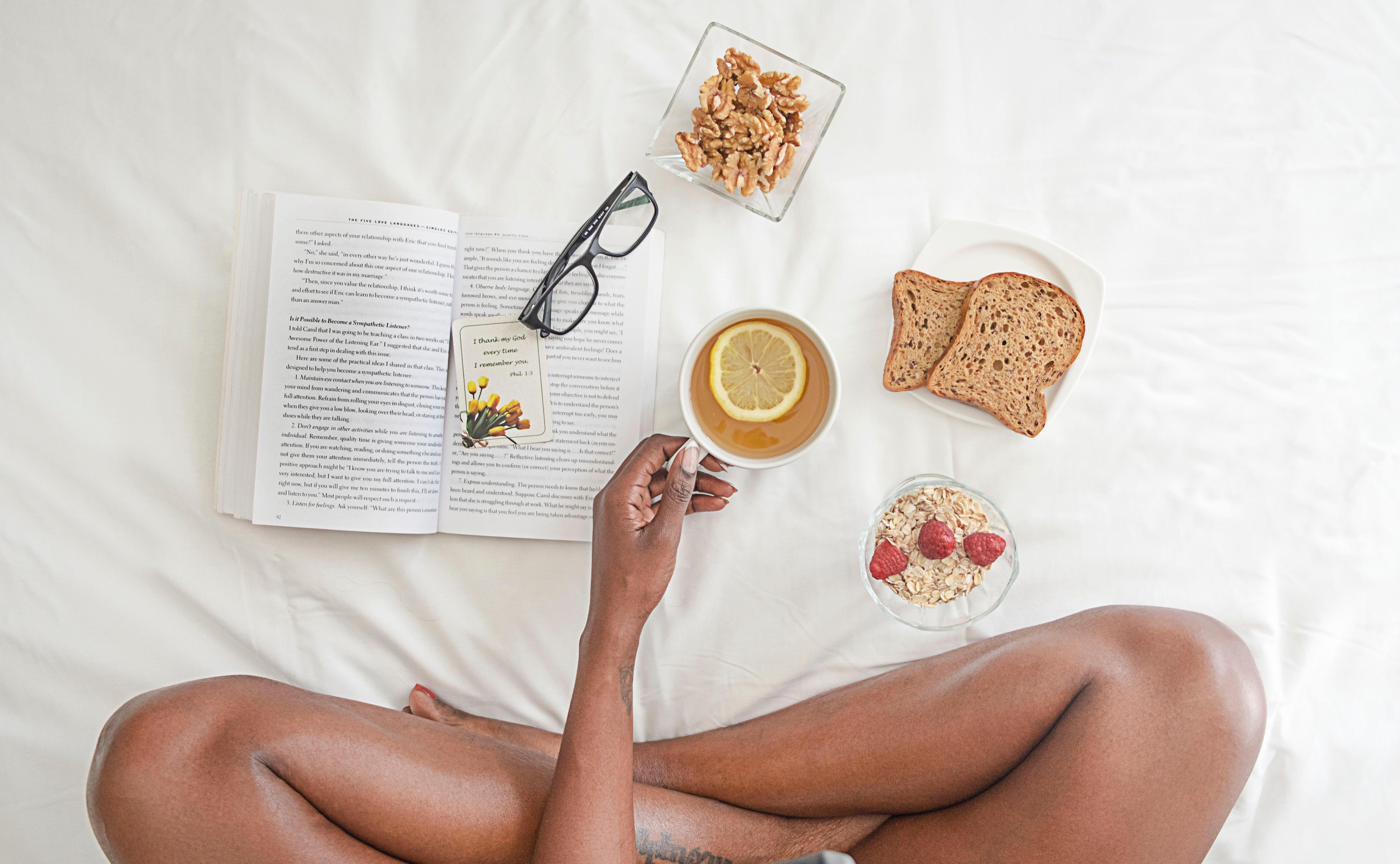 ベッドの上で食事