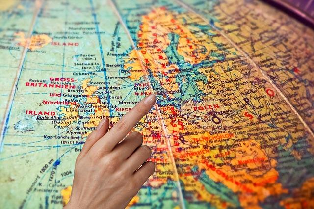 世界地図を指差す