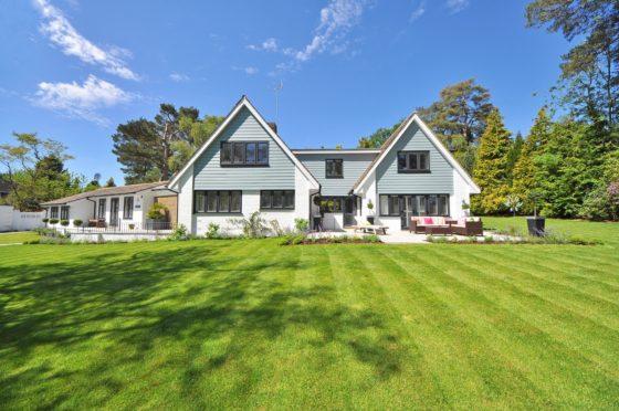 大きなお家と広い庭のある風景